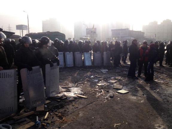 Десятки спецпризначенців прибули на знесений ринок у Києві - фото 1