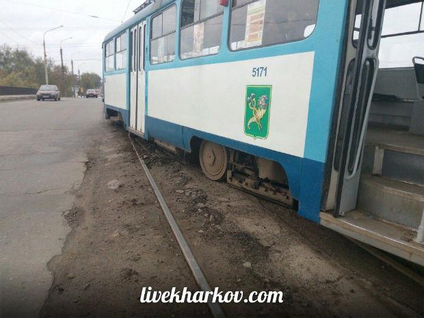 У Харкові трамвай ледь не вилетів на проїжджу частину вулиці - фото 2
