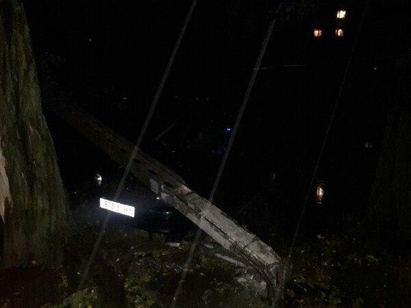 У Миколаєві через негоду електроопора впала на припарковані авто - фото 1