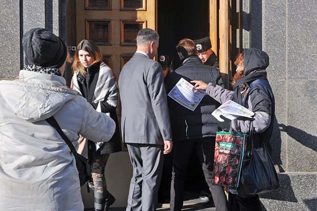 У Харкові пікетують Кернеса: вимагають звіту за міські гроші - фото 3