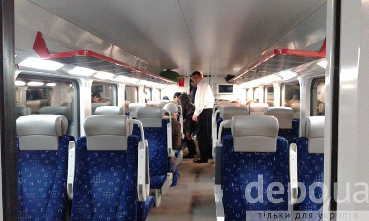 """Двоповерховий потяг """"Шкода"""", в якому зарізали пасажира, досі стоїть у Вінниці - фото 4"""