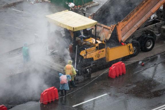 Як комунальники Кличка виконують дурну роботу: стелять асфальт в дощ  - фото 2