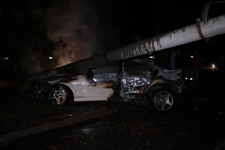 У Дніпрі автівка, тікаючи від поліції, знесла стовп та згоріла вщент - фото 2
