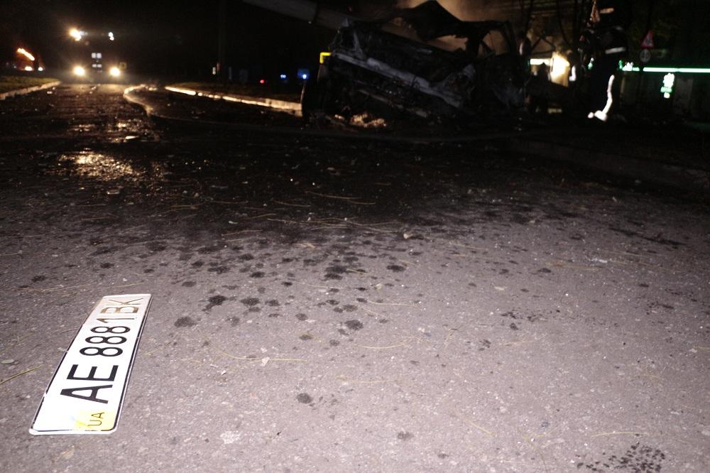 У Дніпрі автівка, тікаючи від поліції, знесла стовп та згоріла вщент - фото 1