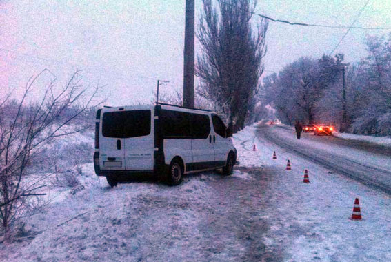 ВСлавянске микроавтобус врезался встолб, семь человек пострадали