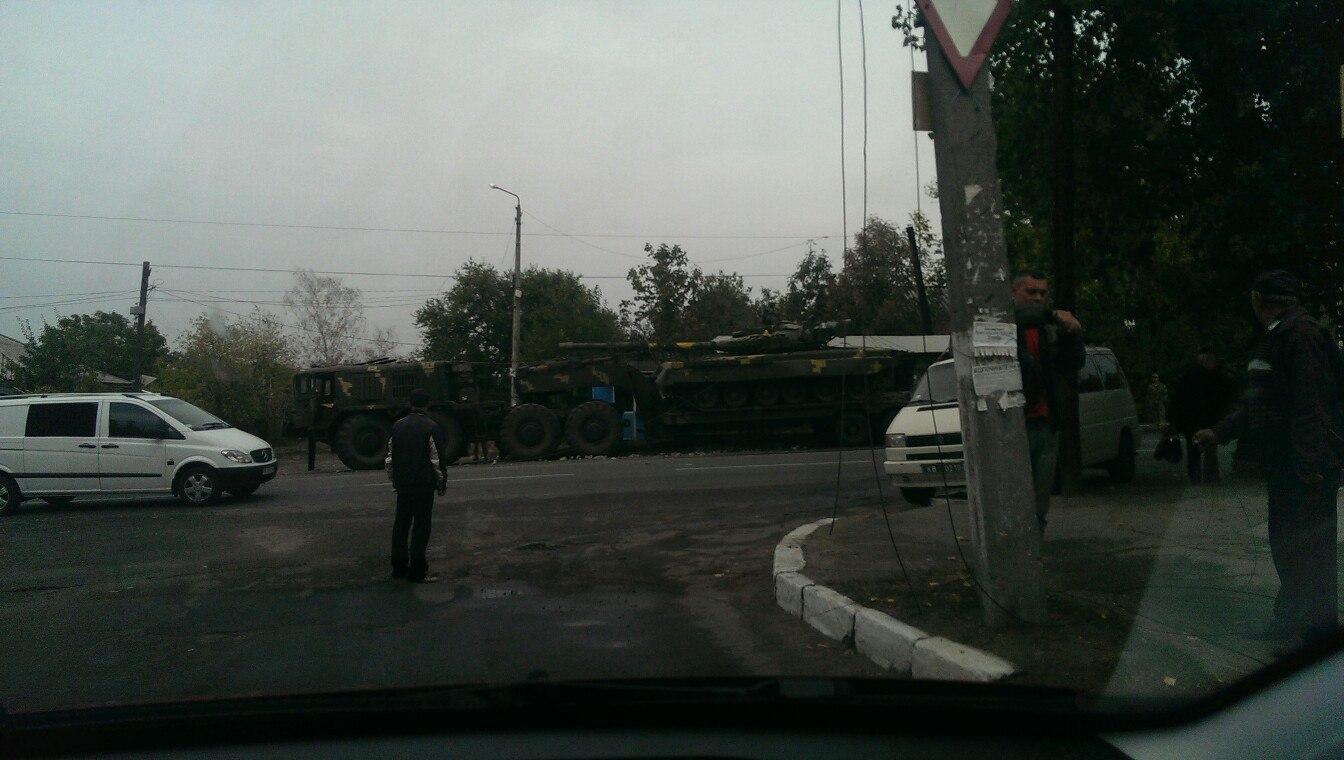 На Миколаївщині тягач з танком влетів в зупинку та електроопору - фото 1