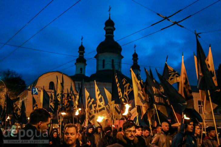"""Як """"Азов"""" із фаєрами і петардами пройшов """"Маршем нації"""" - фото 1"""