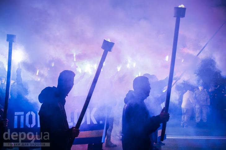 """Як """"Азов"""" із фаєрами і петардами пройшов """"Маршем нації"""" - фото 2"""