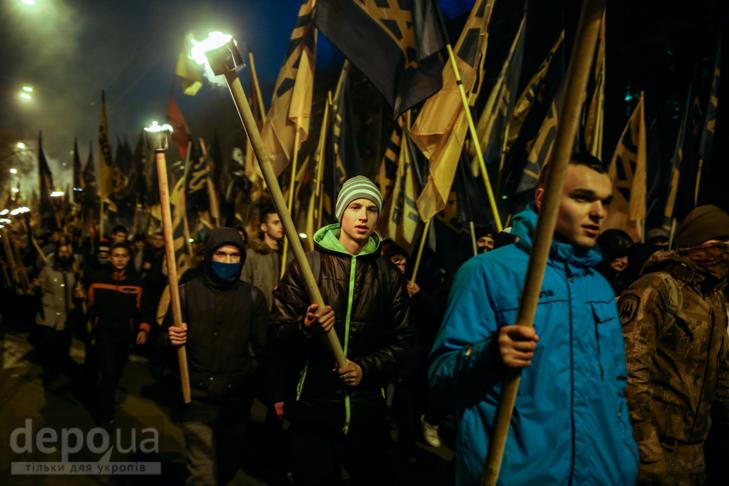 """Як """"Азов"""" із фаєрами і петардами пройшов """"Маршем нації"""" - фото 3"""