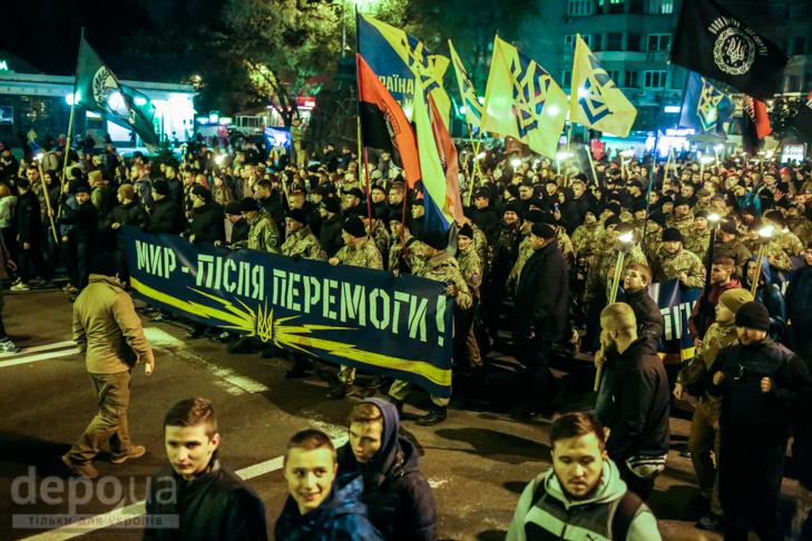 """Як """"Азов"""" із фаєрами і петардами пройшов """"Маршем нації"""" - фото 7"""