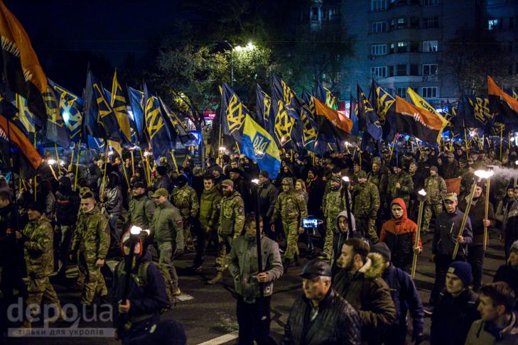 """Як """"Азов"""" із фаєрами і петардами пройшов """"Маршем нації"""" - фото 8"""