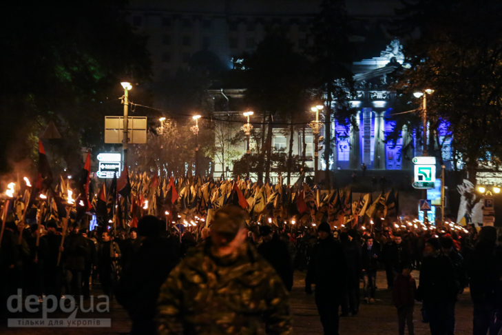 """Як """"Азов"""" із фаєрами і петардами пройшов """"Маршем нації"""" - фото 19"""