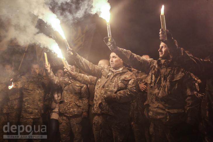 """Як """"Азов"""" із фаєрами і петардами пройшов """"Маршем нації"""" - фото 29"""