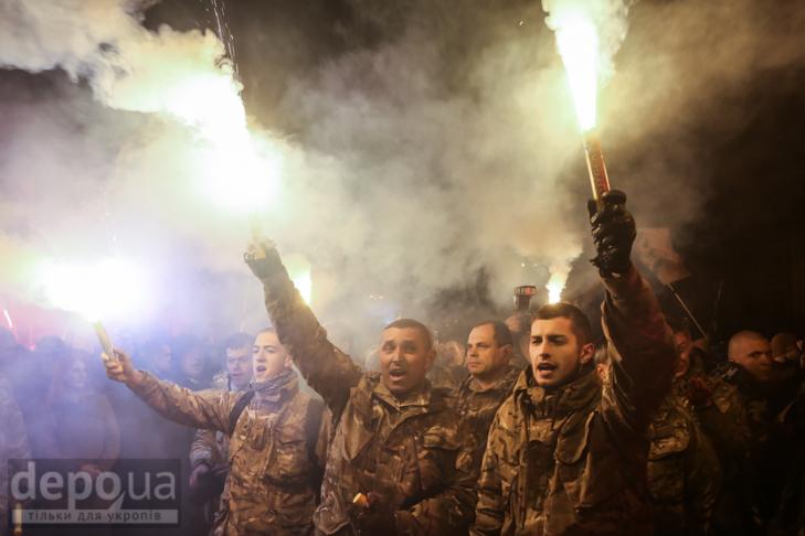 """Як """"Азов"""" із фаєрами і петардами пройшов """"Маршем нації"""" - фото 32"""