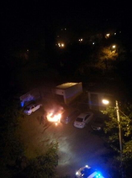 У Харкові у дворі багатоповерхівки спалахнула машина - фото 2