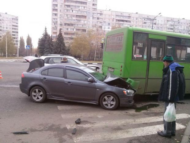 На Олексіївці іномарка влетіла у маршрутку: постраждали люди (ФОТО) - фото 1