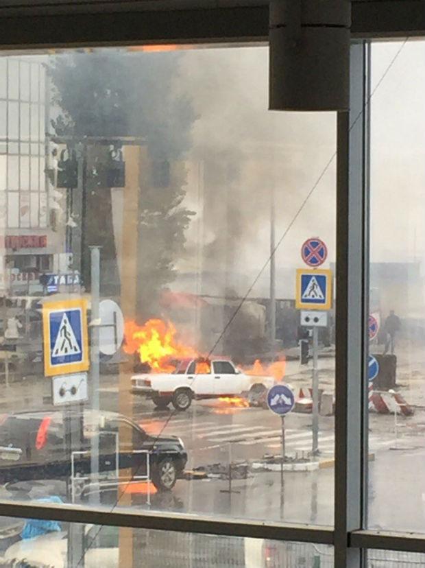 """На Салтівці просто біля станції метро спалахнули """"Жигулі"""" - фото 1"""