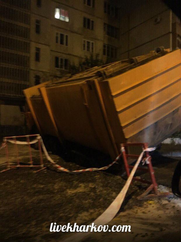 У Харкові сміттєвоз провалився під асфальт, - очевидці - фото 2