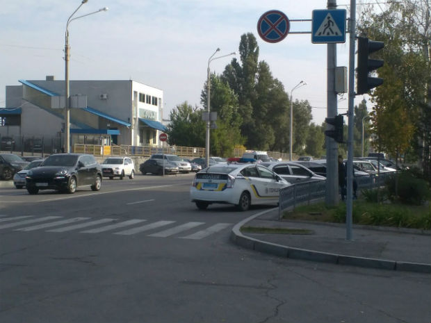 У Харкові патрульні припаркували автомобіль під знак, що забороняє це робити (ФОТОФАКТ) - фото 3