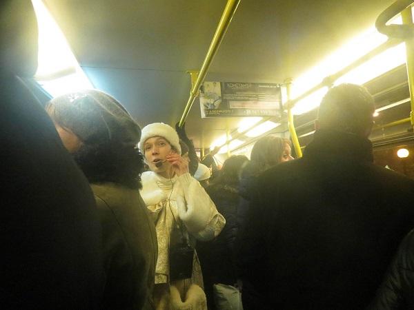 У Дніпрі Дід Мороз та Снігуронька вже поздоровляють з Новим роком у трамваях - фото 2