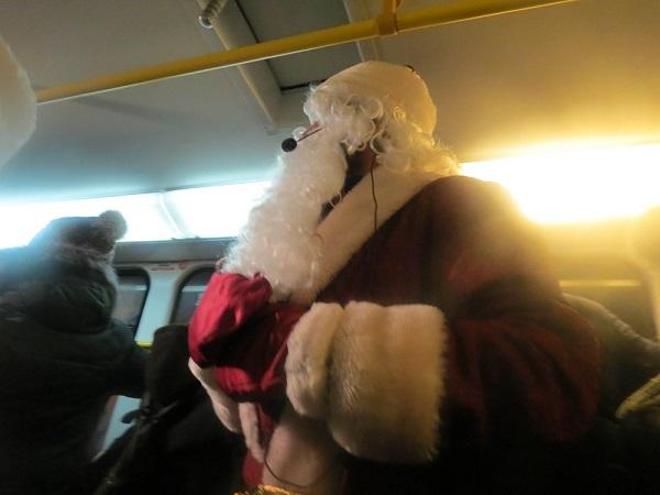 У Дніпрі Дід Мороз та Снігуронька вже поздоровляють з Новим роком у трамваях - фото 1