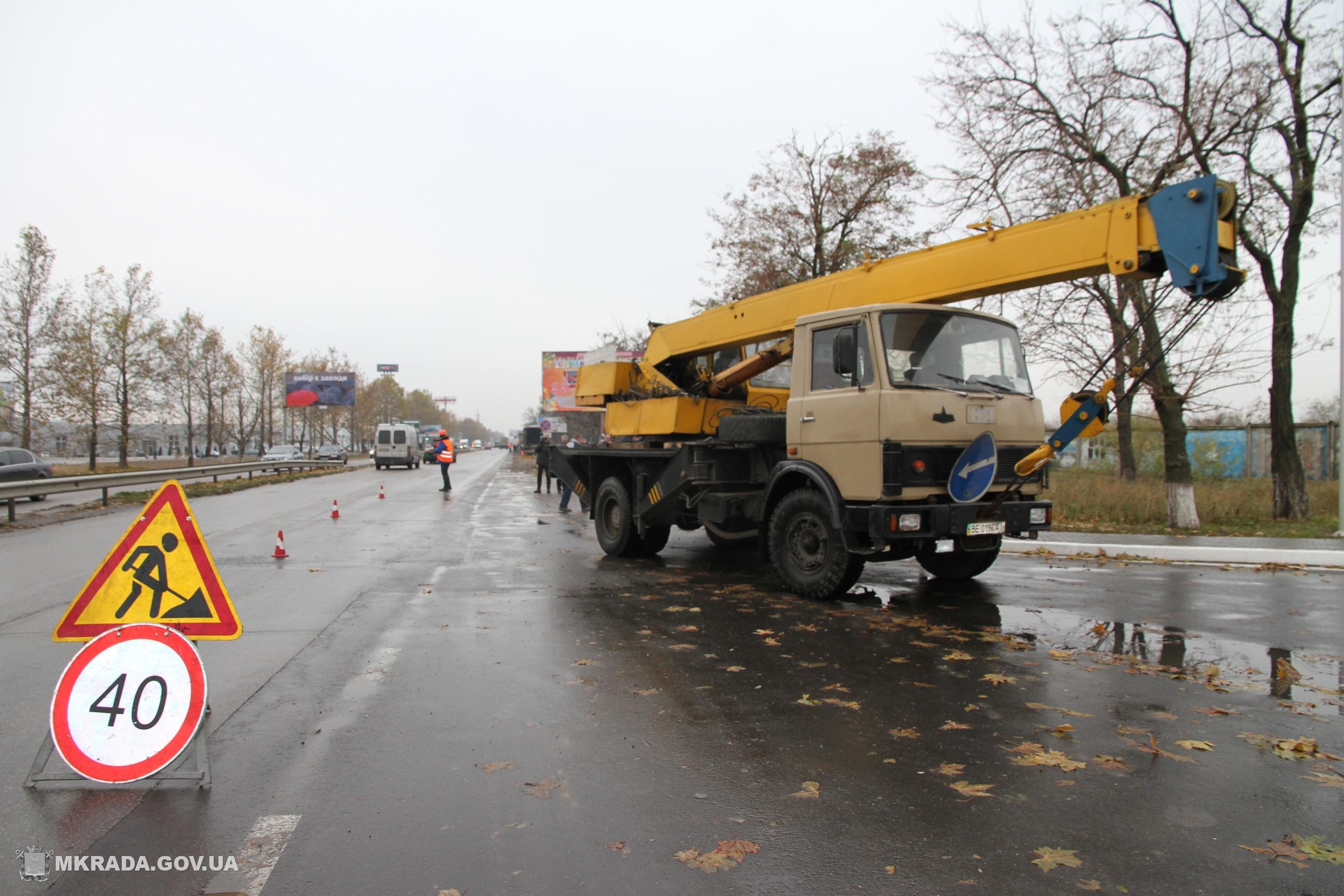 У Миколаєві монтують освітлювальні стовпи на проспекті Богоявленському