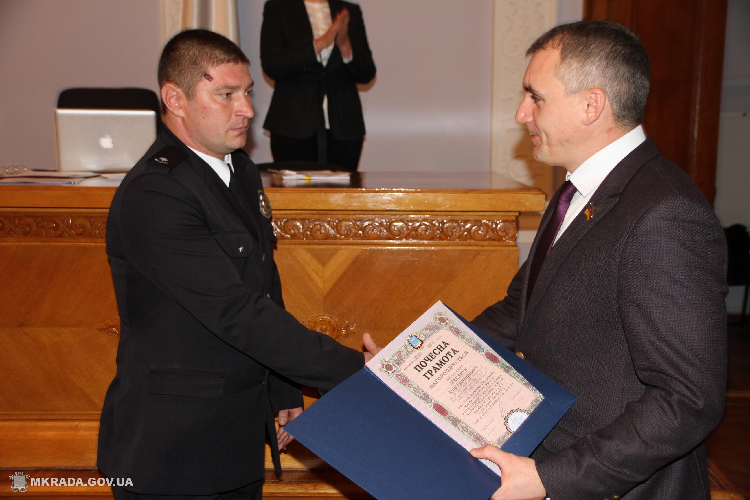 У Миколаєві нагородили поліцейських, що запобігли вибуху гранати біля ринку