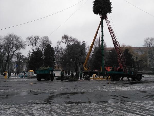 У Дніпрі комунальники встановлюють ялинку у парку Глоби  - фото 2