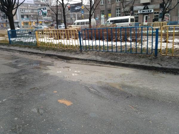 У Дніпрі провалля у центрі міста сховали під піском - фото 1