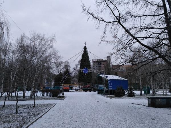 """У Дніпрі новорічну ялинку у парку Глоби залишили стояти з """"голими ногами"""" - фото 1"""