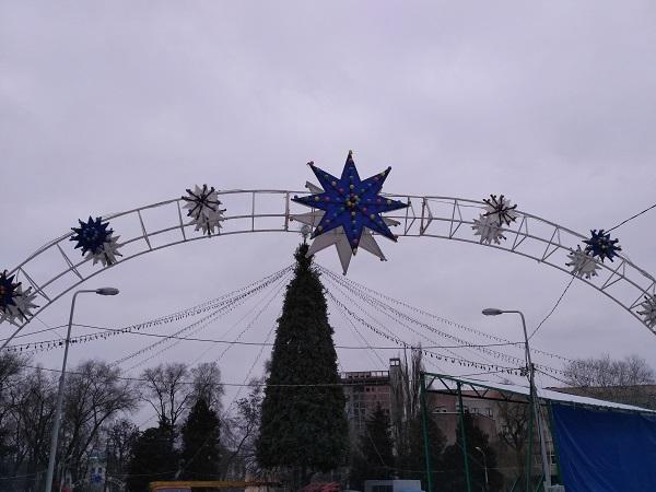 """У Дніпрі новорічну ялинку у парку Глоби залишили стояти з """"голими ногами"""" - фото 2"""