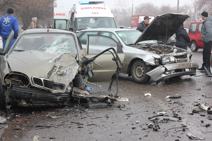 У Дніпрі біля мосту розбилися чотири автівки - фото 2