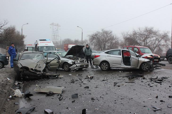 У Дніпрі біля мосту розбилися чотири автівки - фото 1