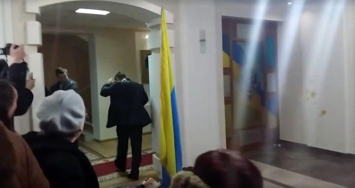Заступника прокурора Вінницької області закидали яйцями - фото 2