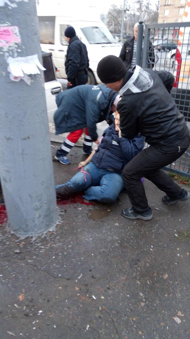 У Харкові автомобіль збив на тротуарі жінку - фото 1
