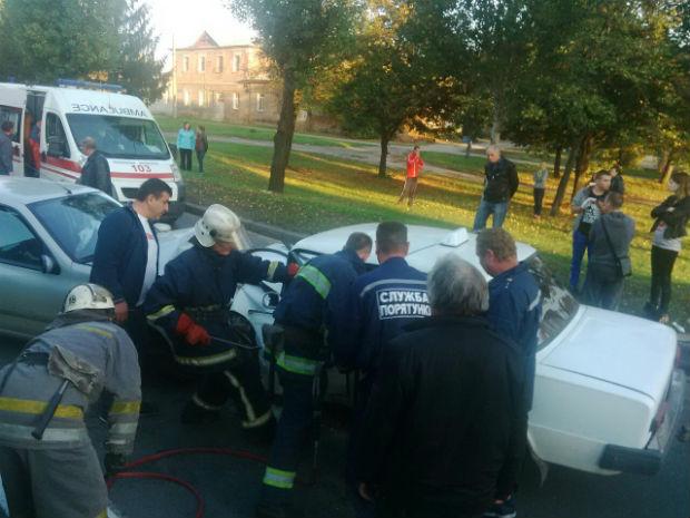 У Харкові - лобове зіткнення легковиків: троє людей в лікарні, водія витягували рятувальники - фото 2