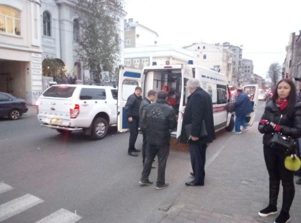 """У центрі Харкова """"Жигуль"""" збив банківського інкасатора, - очевидці (ФОТО) - фото 3"""