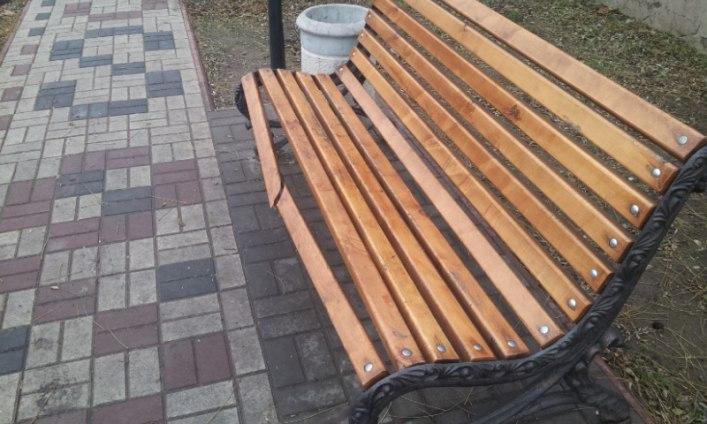 Мелітопольські вандали зламали новеньку лавочку - фото 2