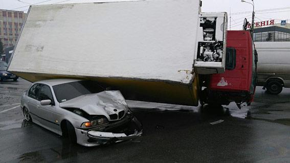 """У Вінниці вантажний """"Мерседес"""" упав на легковик  - фото 1"""