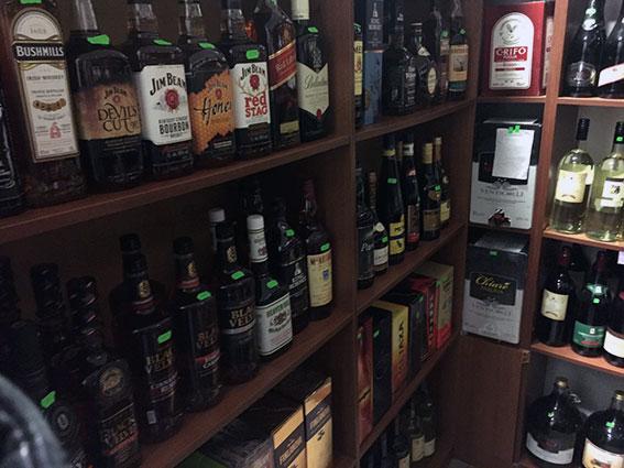 На Харківщині поліція вилучила з магазину більше 500 пляшок алкоголю - фото 1