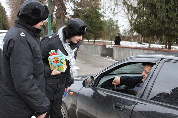 Цукерки від поліцейського: На Вінниччині правоохоронці  одночасно вітали і виховували пішоходів і водіїв  - фото 1