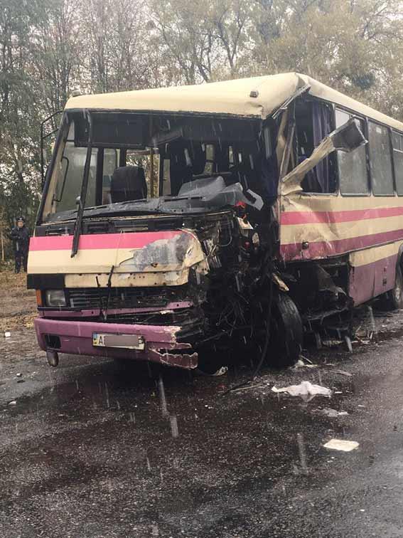 Лобове зіткнення пасажирського автобуса на Вінниччині: є жертви - фото 2