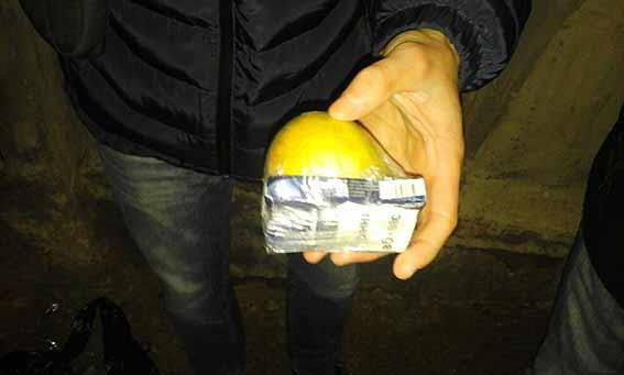 Через паркан вінницької виправної колонії намагалися перекинути наркотики, прив'язані до яблука і до камінця - фото 2