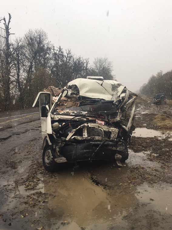 Лобове зіткнення пасажирського автобуса на Вінниччині: є жертви - фото 1