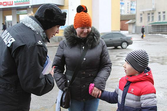Цукерки від поліцейського: На Вінниччині правоохоронці  одночасно вітали і виховували пішоходів і водіїв  - фото 2