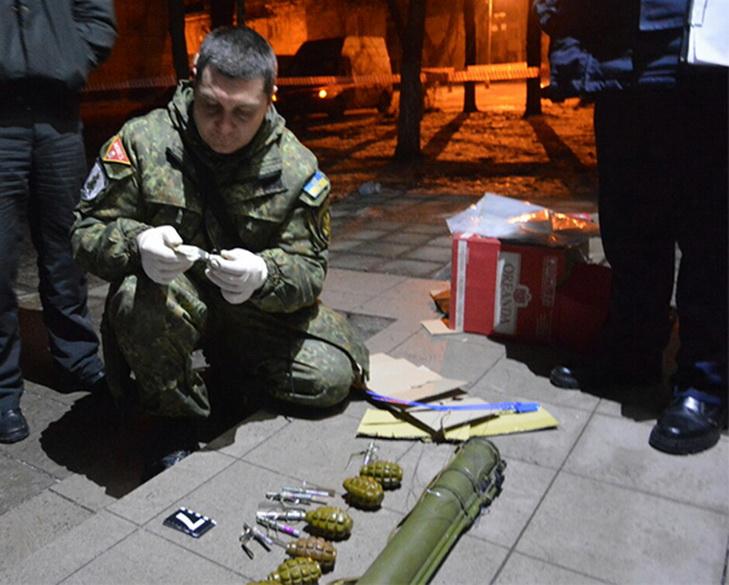 На Дніпропетровщині на ганок газети підкинули вибухівку з шампанським - фото 1