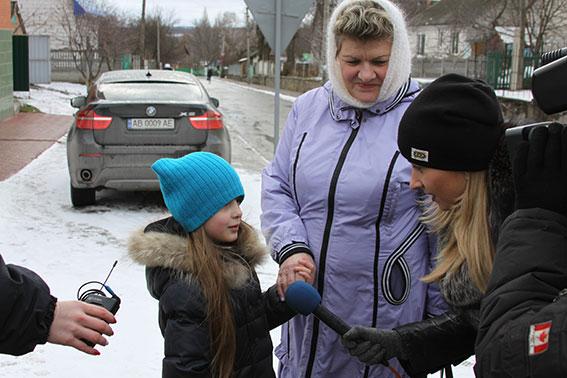 Цукерки від поліцейського: На Вінниччині правоохоронці  одночасно вітали і виховували пішоходів і водіїв  - фото 5