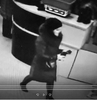 Вінницька поліція розшукує любительку чужих гаманців  - фото 1