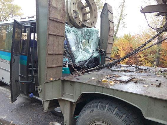 Івано-Франківський автобус з пасажирами в'їхав в тягач з танком на Вінниччині  - фото 1