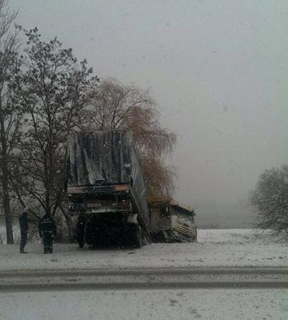 """Через негоду на Вінниччині чотири фури """"знесло"""" з дороги - фото 1"""